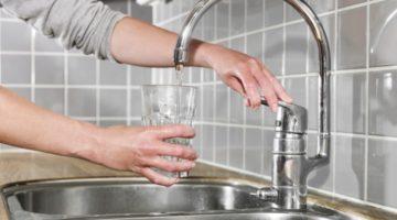 femeie-care-bea-apa-de-la-robinet-680x420